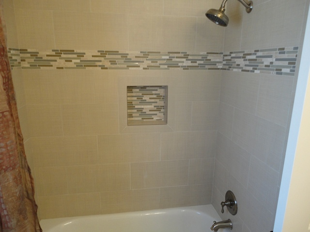 1616 Iowa Hall bath4